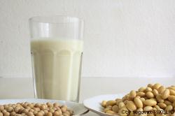 Sojamilch und Sojabohnen